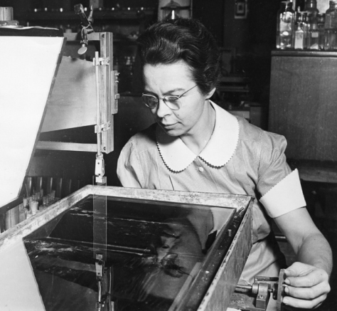 Katharine_Burr_Blodgett_(1898-1979),_demonstrating_equipment_in_la_smithsonian